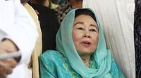Istri Gus Dur, Sinta Nuriyah memberi keterangan usai menerima kunjungan cawapres nomor urut 01 Ma'ruf Amin di Ciganjur, Jakarta, Rabu (26/9). Ma'ruf datang ditemani Mahfud MD dan sejumlah kiai. (Liputan6.com/Herman Zakharia)