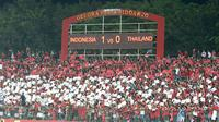 Suporter Timnas Indonesia di Piala AFF U-16 2018 di Stadion Gelora Delta, Sidoarjo. (Bola.com/Aditya Wany)