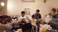 Betrand Peto buka hadiah sunatan (Sumber: YouTube/The Onsu Family)