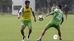 Pemain Bhayangkara FC, Putu Gede, mengontrol bola saat latihan di Lapangan ABC Senayan, Jakarta, Rabu (13/2). Latihan ini merupakan persiapan Piala Indonesia dan Piala Presiden. (Bola.com/Yoppy Renato)