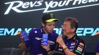 Valentino Rossi bersama President Director PT Yamaha Indonesia Motor Manufacturing (YIMM), Minoru Morimoto membicarakan teknologi Y-Connect (Istimewa)