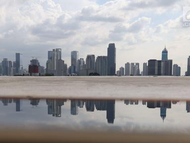 Pemandangan gedung bertingkat di Jakarta, Sabtu (28/4). Pemerintah menyebut pertumbuhan ekonomi Indonesia yang berada di angka 5 persen belum memadai. (Liputan6.com/Angga Yuniar)