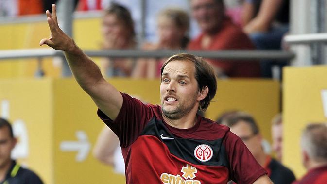 Thomas Tuchel saat melatih Mainz 05 pada saat melawan VFB Stuttgart dalam laga Bundesliga (22/8/2010). (AFP/Marius Becker)