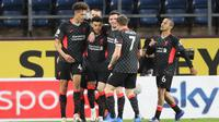 Para pemain Liverpool merayakan gol yang dicetak Alex Oxlade-Chamberlain ke gawang Burnley dalam laga pekan ke-37 Premier League, Kamis (20/5/2021) dini hari WIB. Liverpool menang telak 3-0 dalam laga ini. (MARTIN RICKETT / POOL / AFP)