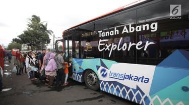Penumpang mengantre menaiki bus Transjakarta Tanah Abang Explorer di Tanah Abang, Jakarta, Sabtu (3/2).  TransJakarta Tanah Abang Explorer pagi ini sudah mulai kembali beroperasi lagi dari jam 08.00 sampai 15.00 WIB. (Liputan6.com/Arya Manggala)