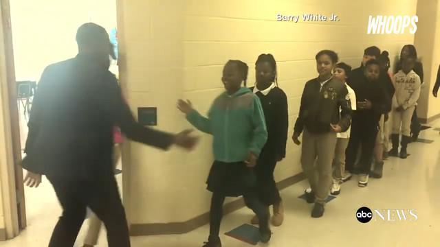 Guru SD ini memiliki gaya salaman nyentrik yang dilakukan dengan murid-muridnya sebelum mereka masuk kelas