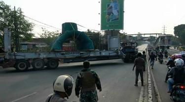 Diduga akibat pengemudi lengah truk pembawa muatan spare part alat berat tersangkut di jembatan penyeberangan orang (JPO) Daan Mogot Jakarta Barat.