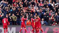 Para pemain Liverpool merayakan gol ketiga mereka yang dicetak Roberto Firmino di depan para penggemar The Reds yang memadati Vicarage Road Stadium, markas Watford, dalam laga pekan kedelapan Liga Inggris, Sabtu (16/10/2021). Liverpool menang telak 5-0 dalam laga ini. (Tess Derry/PA via AP).
