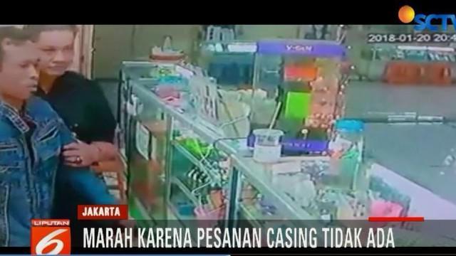Dalam video terlihat pelaku bernawa Suwarno tiba-tiba datang dan langsung menyerang Martha, seorang karyawati yang sedang berjaga.