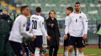 Pelatih Timnas Italia, Roberto Mancini, memberikan instruksi kepada timnya ketika bersua Bulgaria pada laga kedua Grup C kualifikasi Piala Dunia 2022 zona Eropa, di Vasil Levski National Stadium, Senin (29/3/2021) dini hari WIB. (AFP/Nikolay DOYCHINOV)