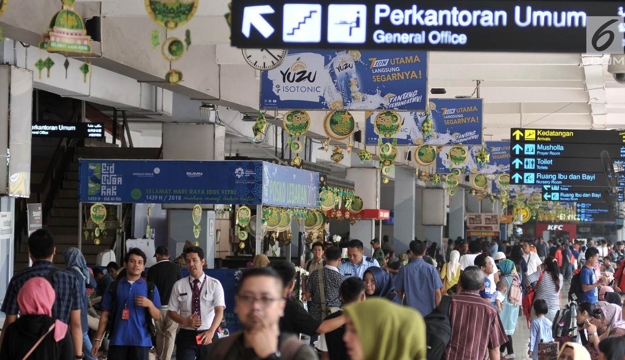 Suasana di pintu keberangkatan Bandara Halim Perdanakusuma, Jakarta, Senin (11/6). Memasuki H-4 Lebaran, ratusan pemudik mulai memadati Bandara Halim Perdanakusuma. (Liputan6.com/Iqbal S. Nugroho)