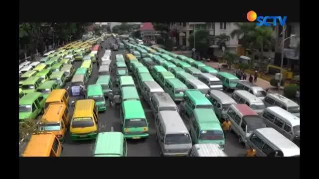 Kota Surabaya nyaris lumpuh karena  aksi mogok massal para pengemudi angkutan kota.