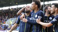 Striker Manchester City Sergio Aguero bersama rekan setimnya merayakan golnya ke gawang Burnley dalam lanjutan Liga Inggris di Turf Moor, Burnley, Minggu (28/4/2019). City menang 1-0. (AP Photo/Rui Vieira)
