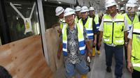 Menteri Koordinator Bidang Perekonomian Darmin Nasution memantau pembangunan proyek MRT Jakarta fase I di Senayan, Jakarta, Senin (11/6). Usai berkunjung ke stasiun bawah tanah MRT, Darmin mengungkapkan kekagumannya. (Liputan6.com/Angga Yuniar)