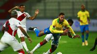 Pemain Brasil Neymar (tengah) berebut bola dengan pemain Peru Renato Tapia pada pertandingan kualifikasi Piala Dunia 2022 di National Stadium, Lima, Peru, Selasa (13/10/2020). Brasil menang 4-2 dengan lewat hattrick dari Neymar. (Daniel Apuy, Pool via AP)