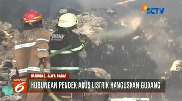 Gudang penyimpanan kapas di Baleendah, Bandung, terbakar. Kuat dugaan kebakaran disebabkan hubungan arus listrik.