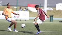 Salah satu pesepak bola muda Indonesia asal Komunitas Uni Papua, Evan Fafo (kanan), saat bertanding dalam Street Football World 2016, di Sports Dans La Ville, Lyon, Prancis, Rabu (6/6/2016). (Bola.com/Ary Wibowo).