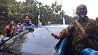 Presiden Direktur PT Toyota Motor Manufacturing Indonesia (TMMIN) Warih Andang Tjahjono (kanan) bersama Menteri Perindustrian Airlangga Hartarto sebelum melakukan test drive mobil Prius Plug-in Hybrid di Kemenperin, Rabu (4/7/2018). (Liputan6.com/Yurike)