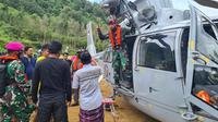 TNI AL mengirimkan bantuan untuk korban gempa di wilayah terisolasi di Majene menggunakan dua buah helikopter. (Foto: Liputan6.com/Abdul Rajab Umar)
