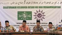 Ketua Umum PBNU KH. Said Aqil Siradj (ketiga kanan) dan Ketua Umum PP Muhammadiyah H. Haedar Nashir (kedua  kiri) memberi keterangan saat silaturahim keluarga besar NU dan Muhammadiyah di kantor PBNU, Jakarta, Jumat (23/3). (Liputan6.com/Herman Zakharia)