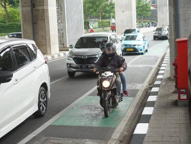 Kendaraan melintasi jalur sepeda di Jalan Fatmawati Raya, Jakarta Selatan, Kamis (21/11/2019). Mulai 20 November 2019, penindakan atau tilang diberlakukan kepada para penerobos jalur sepeda di Jakarta. (Liputan6.com/Immanuel Antonius)