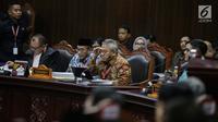 Ketua KPU Arief Budiman menderkan keterangan Ketua Kuasa Hukum KPU untuk Pilpres, Ali Nurdin dalam sidang sengketa Pilpres 2019 di Gedung MK, Jakarta, Selasa (18/6/2019). Sidang tersebut beragendakan mendengarkan jawaban dari termohon. (Liputan6.com/Faizal Fanani)