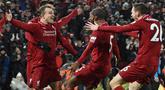 Para pemain Liverpool merayakan gol yang dicetak Xherdan Shaqiri ke gawang Manchester United pada laga Premier League di Stadion Anfield, Liverpool, Minggu (16/12). Liverpool menang 3-1 atas MU. (AFP/Paul Ellis)