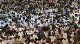 Umat muslim melaksanakan salat Idul Fitri di Masjid Istiqlal, Jakarta, Rabu (5/6/2019). Salat Idul Fitri di Masjid Istiqlal diikuti oleh ribuan umat muslim. (Liputan6.com/JohanTallo)