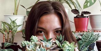 Angela Gilsha, di tengah kesibukannya berkarier masih sempat meluangkan waktunya untuk menjalani hobi. Salah satunya, merawat tanaman. Bukan seperti kebanyakan orang yang hobi dadakan saat pandemi covid-19, namun ia sudah menyukainya sejak lama. (Instagram/angelagilsha)
