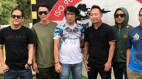 Andhika Pratama, Denny Cagur, Parto Patrio dan Gus Anom belajar menembak. (Instagram)