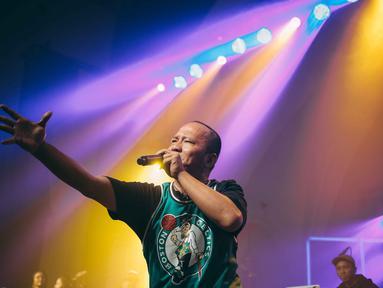 Penampilan Rapper Iwa K saat menggelar konser Batman Kasarung di The Pallas, SCBD, Jakarta, Selasa (4/4). Konser tersebut digelar untuk merayakan 25 tahun Iwa K berkarier di industri musik Indonesia. (Liputan6.com/Faizal Fanani)