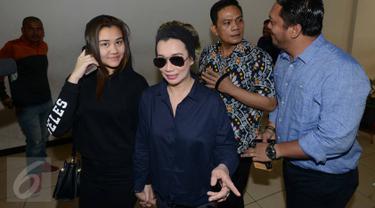 Penyanyi Reza Artamevia dan putrinya Aaliyah Massaid saat mendatangi Polda Metro Jaya, Jakarta, Senin (17/10). Reza dipanggil soal laporannya kepada Gatot, jumat (7/10/2016) karena dianggap menipunya selama di padepokan. (Liputan6.com/Herman Zakharia)