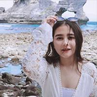 Prilly Latuconsina saat liburan di sebuah pantai di Bali (Instagram/@ prillylatuconsina96)