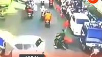terlihat seorang pengedara sepeda motor tanpa menggunakan helm secara tiba-tiba berputar arah. (@jktnewss)
