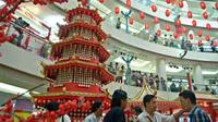 Pengunjung menyaksikan pagoda yang terbuat dari kue keranjang di Mal Ciputra, Jakarta. Pagoda tersebut berisi 1888 kue keranjang dengan tinggi 5,3 meter serta memecahkan rekor MURI.(Antara)