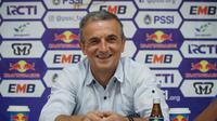 Pelatih Arema FC Milomir Seslija berhasil dengan hasil imbang di Bandung. (Huyogo Simbolon)