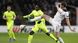 Bek Tottenham, Jan Vertonghen, berebut bola dengan gelandang Gent, Moses Simon. Terbukti dalam statistik prosentase penguasaan bola dari Tottenham mencapai 64 persen dengan 17 kali melakukan tembakan. (AP/Matt Dunham)