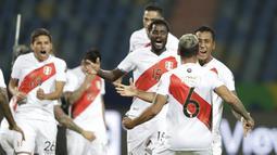 Para pemain Peru merayakan kemenangan timnya atas Paraguay pada perempat final Copa America 2021 di Estadio Olimpico Pedro Ludovico, Brasil, Sabtu (3/7/2021) dini hari WIB. Peru berhasil mengalahkan Paraguay dalam drama adu penalti dengan skor 4-3. (AP Photo/Andre Penner)