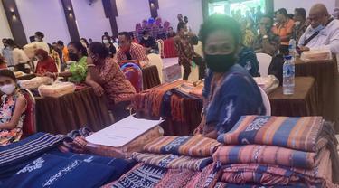 Pameran kain tenun ikat pelaku UMKM Kabupaten Sikka dalam kegiatan Workshop di aulah Go Hotel Maumere. (Liputan6.com/ Dionisius Wilibardus)