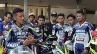 Pembalap senior Yamaha, Rey Ratukore beri pemaparan soal teknik balapan kepada komunitas (dok: Yamaha)