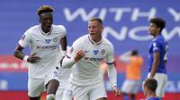 Gelandang Chelsea, Ross Barkley, mencetak gol ke gawang Leicester City pada laga perempat final Piala FA 2019-2020 di King Power Stadium, Minggu (28/6/2020). (AFP/Tim Keeton)