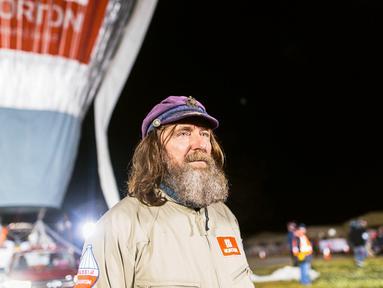 Petualang asal Rusia Fedor Konyukhov berdiri di dekat balon udara miliknya sebelum memulai misinya mengelilingi dunia dari Perth, Australia, Selasa (12/7). Fedor Konyukhov akan menempuh jutaan kilometer mengelilingi Bumi. (Reuters/Oscar Konyukhov)