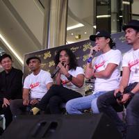 Vokalis Slank Kaka memberi keterangan saat peluncuran sepatu limited edition kolaborasi antara Slank dan Eagle dikawasan Jakarta, Rabu (23/5). (Liputan6.com/Faizal Fanani)