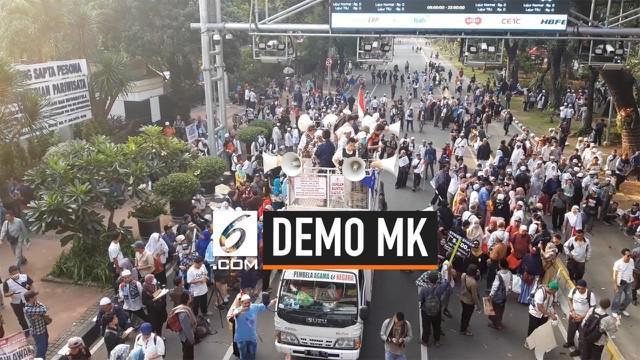 Massa aksi kawal MK membubarkan diri usai Salat Ashar. Usai membubarkan diri, mereka langsung membereskan sisa sampah di sepanjang jalan.