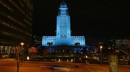Balai Kota Los Angeles menyala biru, Los Angeles, Amerika Serikat, Jumat (10/4/2020). Balai Kota dan beberapa landmark Los Angeles menyala biru untuk menunjukkan dukungan kepada petugas medis mengahadapi virus corona COVID-19. (AP Photo/Mark J. Terrill)