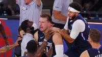 Guard Dallas Maverick, Luca Doncic (tengah) paksa Clippers bermain imbang 2-2 di playoff NBA 2020 (AFP)