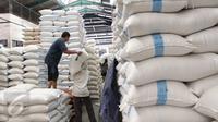 Pekerja tengah memindahkan beras di Pasar Induk Cipinang, Jakarta, Jumat (18/9/2015). Harga beras mengalami kenaikan hingga 14 persen dari harga tahun lalu yang disebabkan oleh melonjaknya biaya produksi mencapai 20 persen. (Liputan6.com/Angga Yuniar)