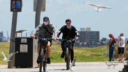 Warga mengunjungi Pantai St Kilda di Melbourne, Australia, pada 9 Desember 2020. Kehidupan pantai kembali terlihat setelah Melbourne mengakhiri masa pemberlakuan lockdown COVID-19 pada November lalu, yang berlangsung selama hampir empat bulan. (Xinhua/Hu Jingchen)