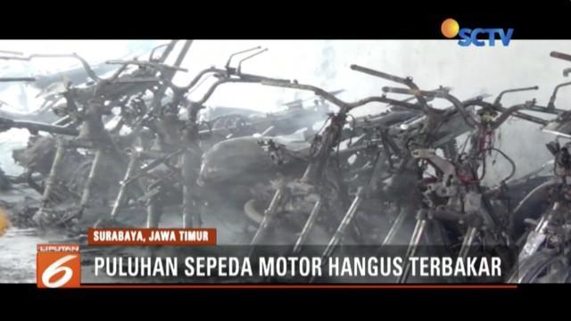 Sebanyak 80 sepeda motor hangus terbakar di tempat parkir milik SMKN 1 Surabaya.