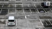 Dua mobil terparkir di lahan parkir sebuah gedung, Jakarta, Kamis (1/5/2020). Indonesia Parking Association (IPA) menyatakan terjadi penurunan bisnis parkir sebesar 75-90 persen seiring penerapan PSBB untuk mencegah penyebaran COVID-19 di Jabodetabek. (Liputan6.com/Faizal Fanani)